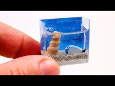 How to make a miniature aquarium fast and with NO clay or resin. This miniature aquarium is perfect for decorations, Barbie dolls and LPS. I used a sticker t. Lps Diy Accessories, Dollhouse Accessories, Dollhouse Toys, Dollhouse Miniatures, Bookshelf Dollhouse, Dollhouse Ideas, Minis, Lps Pets, Barbie Diorama