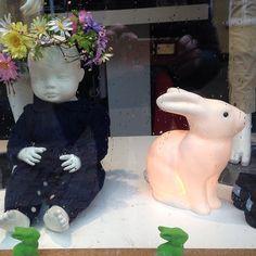 Olgas Oldebørn - Lækker børnetøjsbutik i Aalborg med de bedste internationale og danske brands - stort udvalg af sko. Påskehygge i vinduerne - kaninlampen på lager igen - kunnes bruges i stedet for et påskeæg.