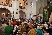 Вчера, 21 июня, в самой большой и красивой мечети Крыма «Хан-Джами» прошел торжественный ифтар (ужин разговения). Мероприятие, организованное ЦДУМ-Таврическим муфтиятом, собрало в мечети около 500 пос...