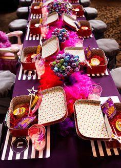 Kleine Koffer mit Kinderspielzeug und Malsachen als Gastgeschenk für Kinder auf Hochzeiten. So wird es auch für die Kleinsten ein wundervoller Tag!