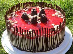 Geburtstagstorte aus Erdbeeren mit Schokoladendekor