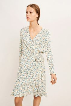 Offwhite med lyseblå blomster kjole med volanger Samsøe Samsøe - Limon ls dress 6515
