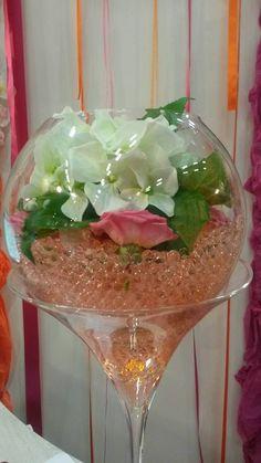 Coupe ballon en verre d cor e avec du sable boules rotin for Place du verre a eau sur une table