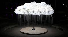 Instalação do artista canadense Caitlind Brown criada para o festival Nuit Blanche Calgary. Chamada de CLOUD, a instalação interativa conta com 6.000 lâmpadas que ligam e desligam com um puxador. Além de despertar curiosidade, a nuvem cria um efeito muito bonito por onde passa.  fonte: http://www.hypeness.com.br