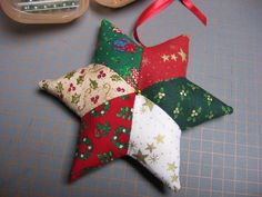How to make a Christmas star Patchwork, tutorials . Christmas Patchwork, Christmas Sewing, Christmas Fabric, Christmas Star, Crochet Christmas, Christmas Quilting, Fabric Ornaments, Diy Christmas Ornaments, Christmas Decorations