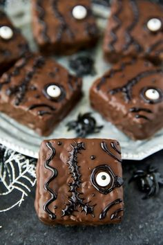 How to make Halloween treats inspired by the Disney movie Hocus Pocus. These Hocus rice krispies treats are dipped in chocolate and decorated with a candy eyeball and black icing. The spell book treats are easy to make and great for Halloween parties and movie nights.
