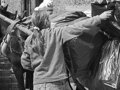 Une jeune fille travaillant sur une carriole de chiffonniers à #Montevideo