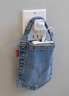 ジーンズのポケットってスマホを入れるのにぴったりの大きさですよね?そこで、古いポケット部分だけを切り抜き取っ手を縫い付け、プラグにひょいっと引っ掛ければ、とてもかわいい充電用バッグに!目から鱗のアイデアです。