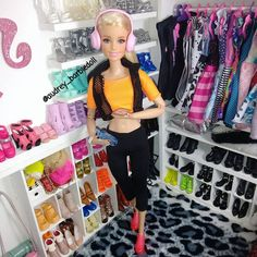 Correndo para a academia. O carnaval ta ai ne gnt! Booooora secar  #barbie #barbiestyle #barbiefashion #dollsgram #instadoll #instapic #insta #dollgram #dollphotography #doll #dollsofinstagram #life #barbielife #love #follow #photo #pic #inlove #riodejaneiro #pink #flawless #girl #happy #style #diva #hapiness #top #gym #academia #headfone