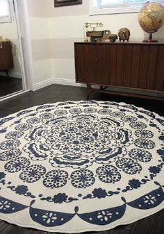 Turning A Table Cloth In To A Rug: A DIY Anthropologie Rug Tapis de bricolage. Comment transformer une nappe en un tapis // By Dream Book Design Home Projects, Home Crafts, Diy Home Decor, Outdoor Projects, Crafty Projects, Coastal Decor, Floor Cloth, Floor Rugs, Hm Deco