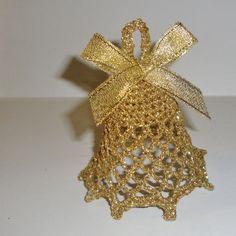 Vánoční zvonek 8 cm Háčkovaný vánoční zvonek o výšce 8 cm ze zlaté lurexové příze Zvoneček je téměř nezničitelný - je silně natužený, takže dokonale drží tvar. Nemění tvar, nezežloutne ani nenavlhne. Cena je za 1 kus