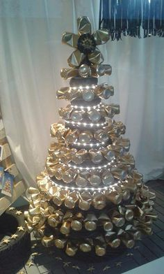 Arbol de navidad hecho con latas de refrescos. Esto lo he visto en el escaparate de una tienda. Christmas Crafts, Xmas, Christmas Trees, Recycling, Holiday Decor, Diy, Second Life, Craft, High Road