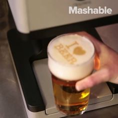 This machine prints images on your beer foam. French Restaurants, Make New Friends, New Things To Learn, Edinburgh, Glass Of Milk, Wines, Bubbles, Beer, Traditional