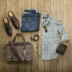 Roupa de Homem com Camisa Xadrez de Manga Longa, Calça jeans, Sapato Marrom, Acessórios e pra completar uma Bolsa Masculina com Alça Transversal. Bolsa Masculina: Dicas para Usar e Onde Encontrar!