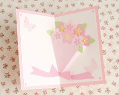 カードを開くと優しい色づかいの花束が立体になって飛び出します。 ラッピング部分はおうぎ形の立体になっていて、カードを開閉するたびにお花と一緒に動きます。 いつまでも枯れないカードの花束はどんなシチュエーションにも活躍する便利な1枚です。