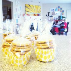 Easy way to package cookies for a bake sale!Easy way to package cookies for a bake sale! Bake Sale Packaging, Cupcake Packaging, Food Packaging, Packaging Ideas, Diy Cookie Packaging, Bake Sale Treats, Bake Sale Recipes, Bake Sale Cookies, Cookie Gifts
