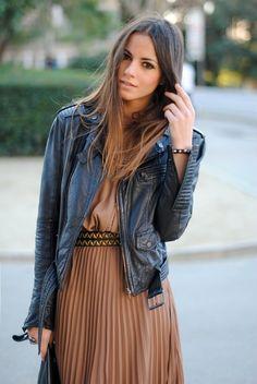 Vestido largo, chaqueta de cuero y cinturón de piel con tachuelas.