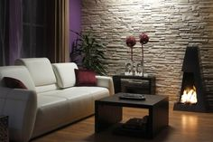 un mur élégant et moderne en pierre de parement grise dans le salon