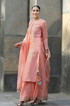 Check images for Meena Bazaar. Explore their work and contact them for prices and availability. Pakistani Dresses, Indian Dresses, Indian Outfits, Pakistani Kurta, Sabyasachi, Indian Attire, Indian Wear, Kurta Designs, Blouse Designs