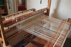 Loimien laittamisen viimeinen vaihe on loimien pistely pirtaan .     Edellinen työvaihe oli niisiminen , jossa loimet tuotiin läpi niide... Tapestry Weaving, Loom, Knitting, Spinning, Home Decor, Crochet, Hand Spinning, Decoration Home, Tricot