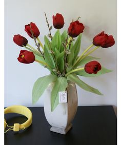 Lalele rosii #aranjament #flori #artificiale #floriartificiale #decoratiuni #cadou #unicat #lalea #lalele #realtouch #rosu #plante #naturale #uscate #vaza #gri #antichizat #infrumusetare #casa #birou #flowerstagram www.beatrixart.ro
