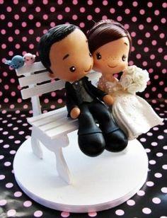 Todos os casais algum dia já namoraram no banco de uma pracinha. Por que não levar esse momento para o topo do bolo?
