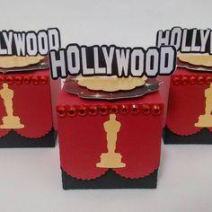 Festa Hollywood!! Para quem ama o glamour!! 🎦🇺🇸🌹 #festahollywood #scrapfesta #scrapfestahollywood #personalizadosdeluxo #lembrancinhapersonalizada #entrenafesta #encontrandoideias #taynarapirespersonalizados #feiradesantana Hollywood Invitations, Drink Sleeves, Glamour, Camila, Ideas Para, Instagram Posts, Nyc, Fiestas, The Shining
