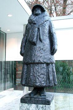 Paleis Het Loo - Apeldoorn. Bronzen beeld van Mari Andriessen, gemaakt ter gelegenheid van Wilhelmina's 80e verjaardag in 1960. Voor het eerst werd deze sculptuur uit 1967 naar een bewaard gebleven gipsmodel gegoten in 2011 in de grootte die de beeldhouwer voor ogen stond. Een verkleind model was al in het bezit van dit museum, een uitvergroting staat sinds 1968 in Utrecht als verzetsmonument - een hommage aan Wilhelmina als 'Moeder van het verzet'. Foto: G.J. Koppenaal, 16/12/2014