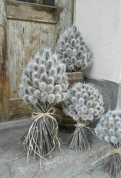 Kytica z bodliakov (veľ.sk Balkon – home accessories Christmas Decor Diy Cheap, Christmas Diy, Christmas Wreaths, Christmas Decorations, Decoration Shabby, Flower Decorations, Dried Flower Bouquet, Dried Flowers, Perserving Flowers