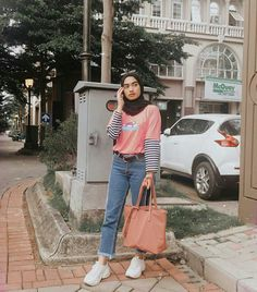 Do you know how to wear hijab? Since hijab has become such a big part of fashion, we obviously had to give you our rundown of the best ways to style hijab Modern Hijab Fashion, Street Hijab Fashion, Hijab Fashion Inspiration, Trendy Fashion, Street Outfit, Fashion Trends, Style Inspiration, Casual Chic, Casual Hijab Outfit