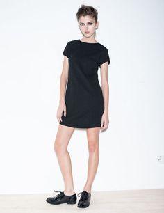 Robe femme, noir, coupe courte, motif géometrique ton sur ton, effet matelassé, manches courtes raglan, col rond, fermeture zip dos.