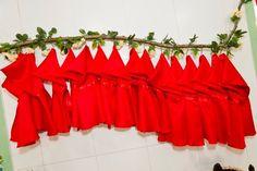 Capa chapeuzinho vermelho Capa de cetim podange, com acabamento em fita de cetim  - de 0 a 2 anos: R$ 10,50 - de 3 a 5 anos: R$ 11,50 - de 6 a 8 anos: R$ 12,50  Obs: Valores para o mínimo de 5 peças Para quantidade menor há o acréscimo de 20% R$10,50