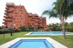 CENTRAL ESTEPONA: Superb one bedroom penthouse situated in a popular gated community midway between Estepona Town Centre and Estepona Marina. The apartment