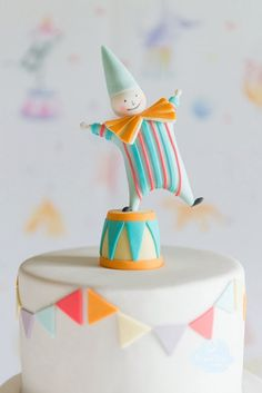 Pastel Clown Cake with Bunting Baby Cakes, Baby Shower Cakes, Circus Theme Cakes, Themed Cakes, Clown Party, Circus Party, Circus Wedding, Party Party, Clown Cake