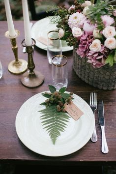Place setting with fern place card. Source: burnettesboards.com #tabledscape #placesettings #ferns
