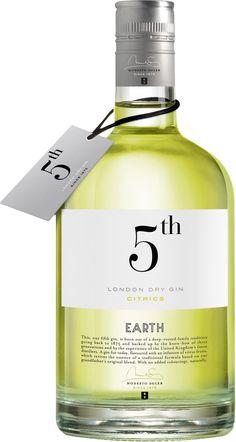 Gin 5th Earth Citrics  De una arraigada tradición familiar instaurada en 1875 nace nuestra quinta ginebra, avalada por el saber hacer de tres generaciones y por la experiencia de los mejores destiladores del Reino Unido.
