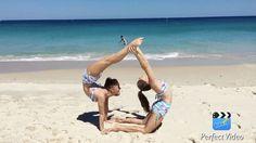 "11.9 mil Me gusta, 141 comentarios - @sam_rybka en Instagram: ""Love this new song! Annnd missing the beach! ☀️♀️ #twins #beachdays #yoga #doublepose…"""
