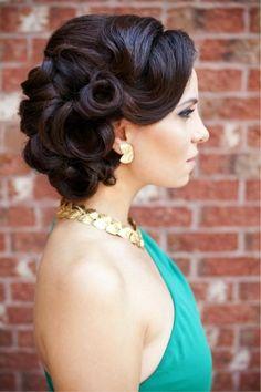 Retro inspiriertes Hochsteckfrisur - wäre schön für eine Braut! Via behindthechair