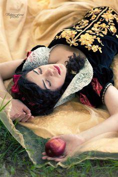 Snow White cosplay: the poisoned apple by Marivel87.deviantart.com on @DeviantArt