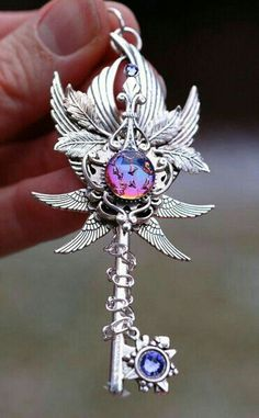 Stunning decorations in the form of keys from Keype .- Atemberaubende Dekorationen in Form von Schlüsseln von Keyper & … – Kleider Stunning decorations in the form of keys from Keyper & … - Key Jewelry, Cute Jewelry, Jewelery, Jewelry Accessories, Jewelry Holder, Magical Jewelry, Key To My Heart, Key Necklace, Key Pendant