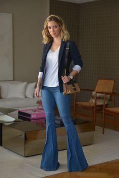 Look da Helena Lunardelli com calça jeans flare, blusa básica e blazer azul perfeito para reuniões e trabalho