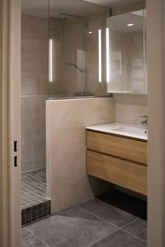 Small bathroom remodeling 357543657898203465 - ANNA GRANT Source by yolandepetipois Bathroom Remodel Shower, Trendy Bathroom, House Flooring, Bathroom Makeover, Bathroom Layout, Bathroom Styling, Shower Room, Bathroom Renovations, Bathroom Design