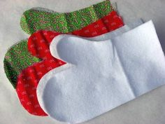 Sewing Gifts Guantes de cocina - These oven mitts filled with cool gadgets, a food mix or an apron would make a cute gift for someone that likes to cook! You will need: Insul-Bright insulated lining yard of fabric Easy Sewing Projects, Sewing Projects For Beginners, Sewing Hacks, Sewing Tutorials, Sewing Crafts, Sewing Patterns, Sewing Tips, Sewing Ideas, Diy Couture