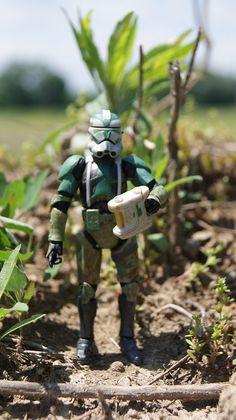 Commander Gree observes the battle from a distance on a hilltop.     Hệ thống siêu thị điện máy HC  http://hc.com.vn/dien-lanh/dieu-hoa.html