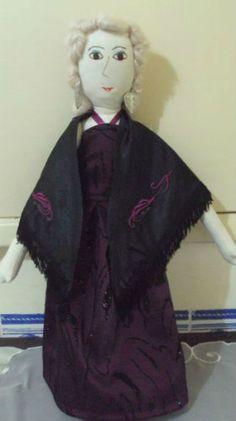 Boneca Fadista em tecido enchimento anti-alérgico, mede cerca de 50 cm, vestida da personagem Fadista.