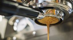 In this online barista training course we give a few barista tips from an experienced barista. Barista tips. How to be a barista with no experience Machine A Cafe Expresso, Espresso Machine Reviews, Best Espresso Machine, Coffee Images, Coffee Pictures, Coffee Photos, Roasters Coffee, Coffee Shop, Coffee Lovers