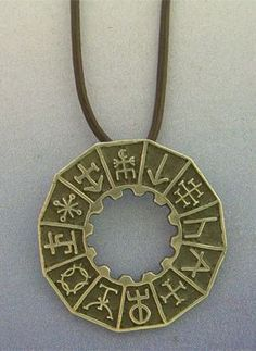 talismanes amuletos y símbolos | colgante de runas mágicas vikingas
