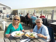 Mams en ik aan een heerlijke lunch in Monster