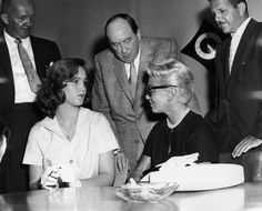 April Cheryl Crane, fourteen (left), defends her actress mother, Lana Turner (right), by stabbing and killing abusive gangster Johnny Stompanato. Hollywood Style, Hollywood Fashion, Old Hollywood, Lana Turner, Cheryl Crane, Play Family Feud, La Confidential, Crime Scenes
