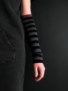 More armwarmers than mitts. Free pattern.